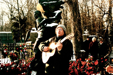 Jeg synger  på Vysotskijs grav 25 januar, bursdagen hans.  Foran står det rundt 1000 russere.