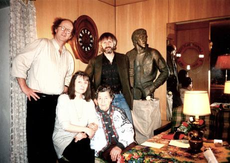 I leiligheten hvor Vysotskij bodde. Fra venstre: JSØ, tolken, moren Nina Maksimovna, plateprodusent Erik Hillestad og Vysotskij sjøl!