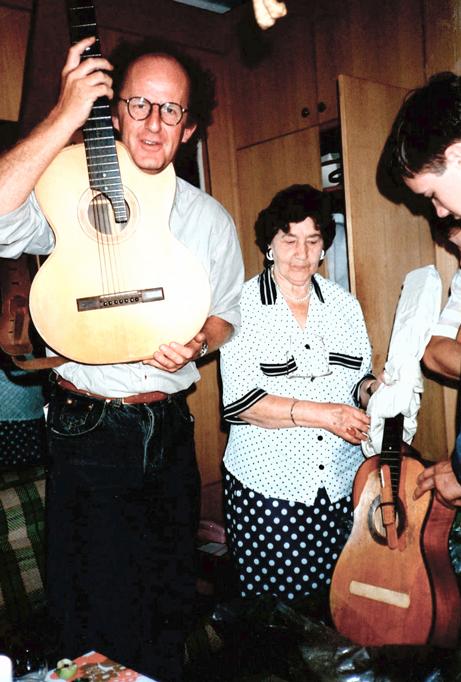 Moren til Vysotskij, Nina Maksimovna, viser meg de sju-strengete gitarene hans.